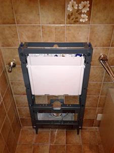 Montage des WC-Monolith-Gestells